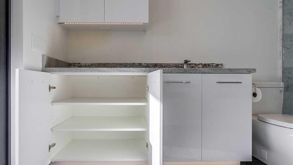 modern_high_gloss_white_bathroom_cabinets
