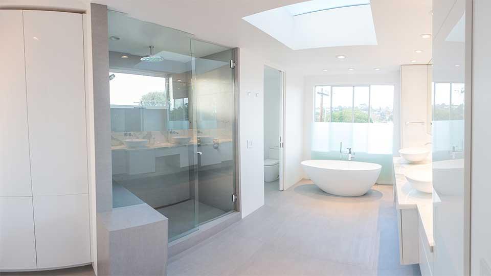 modern_high_gloss_white_bathroom_cabinets_in_del_mar