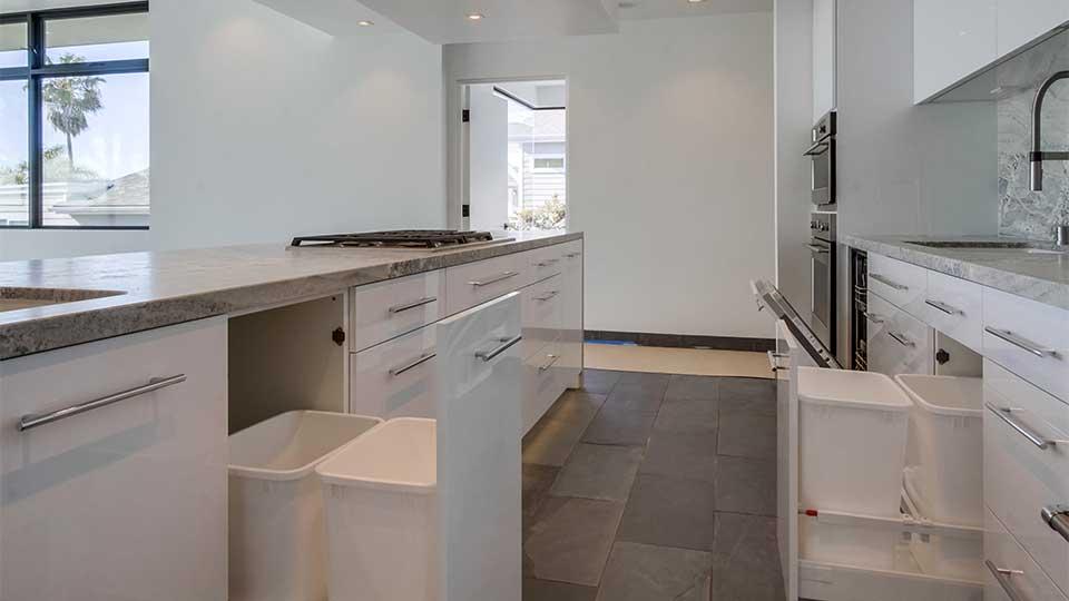 modern_high_gloss_white_kitchen_cabinets
