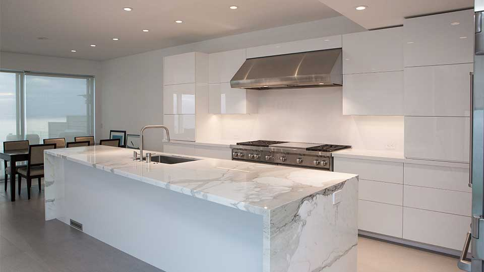modern_high_gloss_white_kitchen_cabinets_in_del_mar